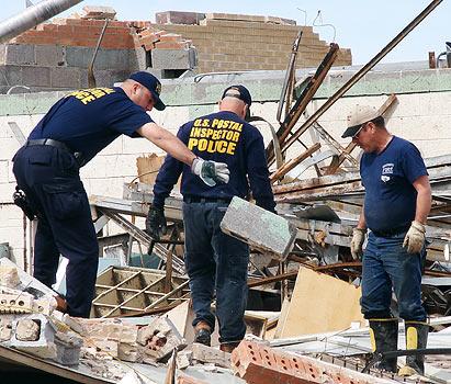 美国邮政调查局也负责为受灾地区恢复邮寄服务