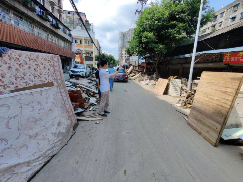 直击四川乐山洪水灾后商铺恢复:体彩工作人员凌晨三点开始清淤