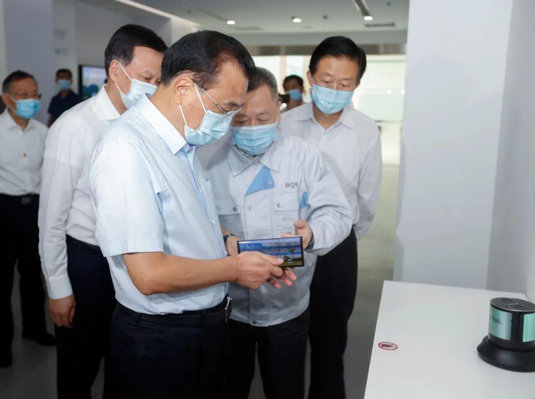 李克强考察重庆京东方:西部地区要更大担负起承接东部产业转移的重任