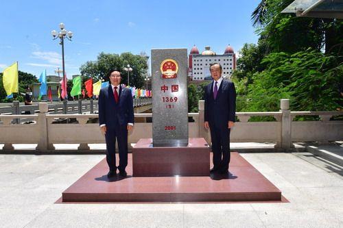 王毅同范平明共同查看中越边界界碑