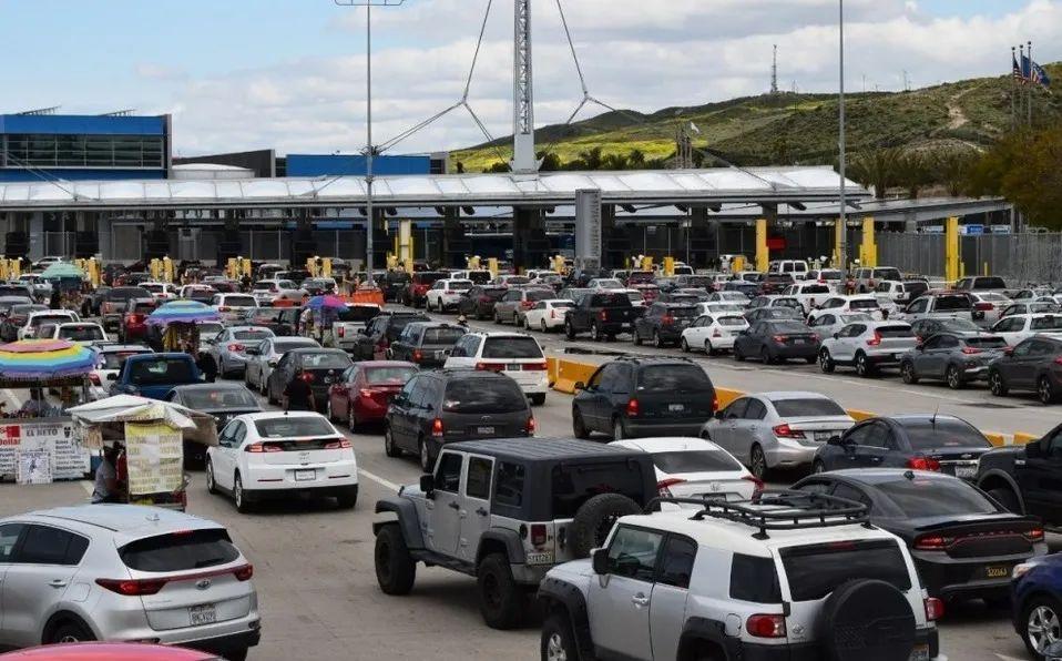 图为繁忙的美国和墨西哥陆路边境口岸