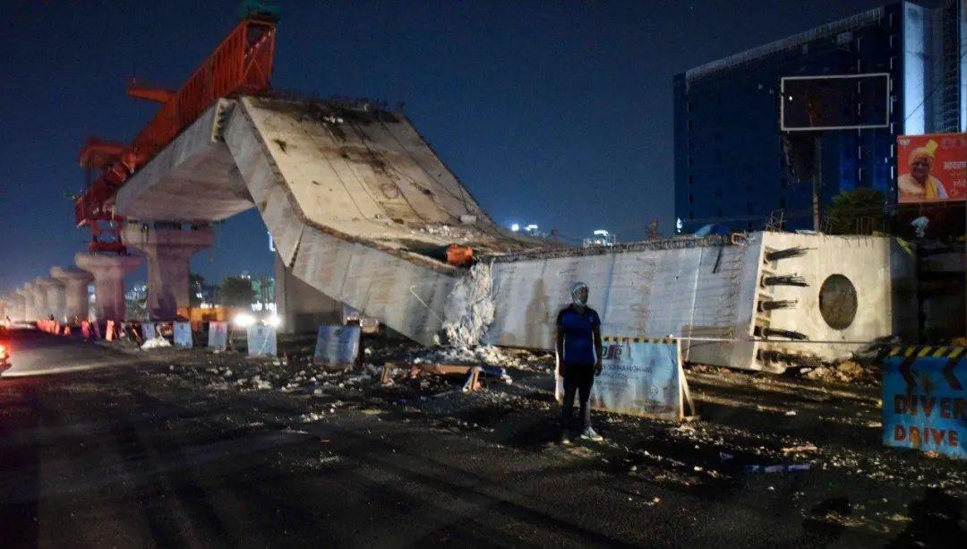 印度一在建高架桥坍塌。