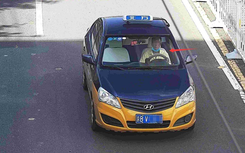 违法图片示例1:驾车不系安全带。北京交警供图