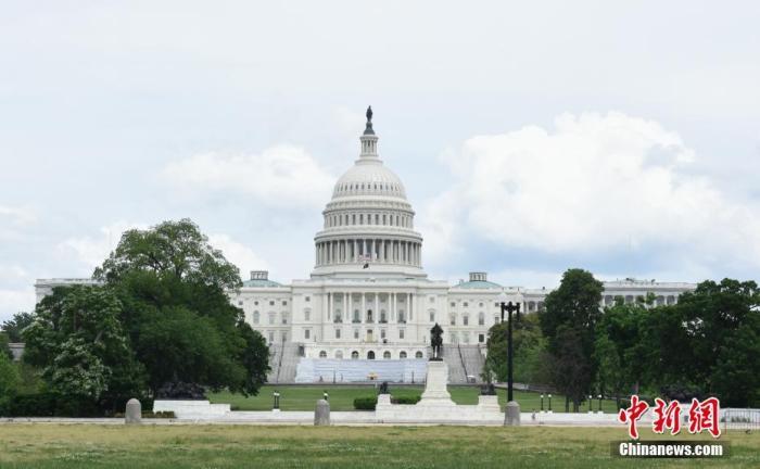 """资料图:当地时间5月29日,美国首都华盛顿开始逐步解除""""居家令"""",进入重启第一阶段。图为美国国会大厦。 中新社记者 陈孟统 摄"""
