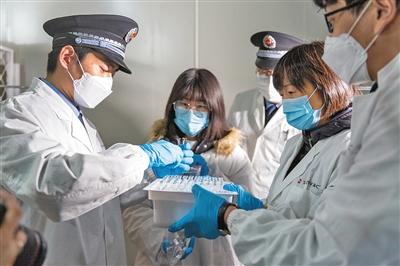 3月16日,国内首批新冠疫苗送检中检院,图为北京市药监局工作人员现场抽样。受访者供图