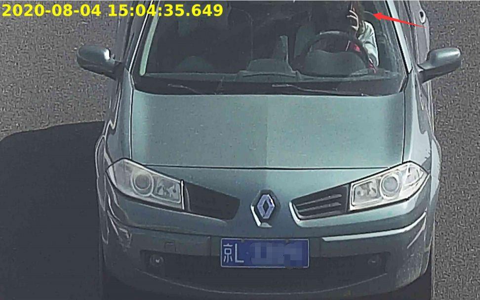 违法图片示例2:驾车接打查看手机。北京交警供图