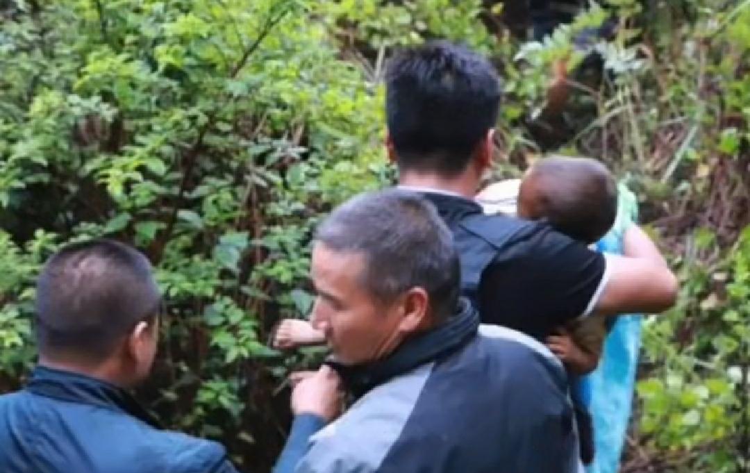 云南丢失3岁男童解救现场:民警抱起送医
