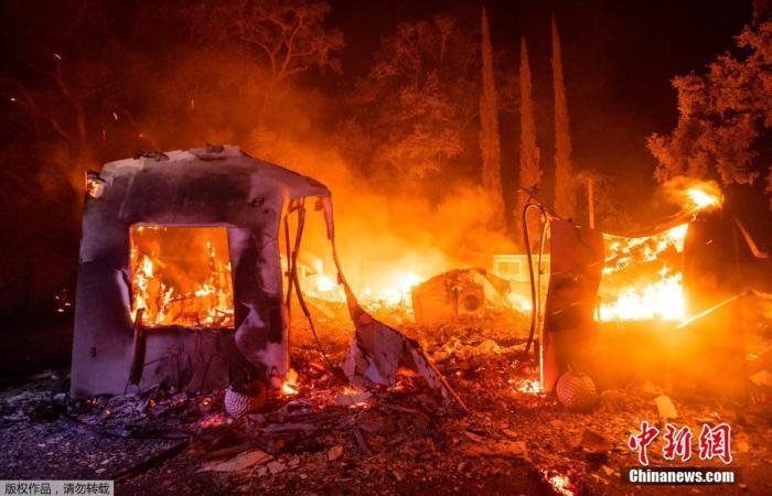 当地时间2020年8月19日,美国加利福尼亚州瓦卡维尔,野火蔓延致房屋树木被毁,出现罕见火龙卷现象。图为野火蔓延致房屋树木被毁。