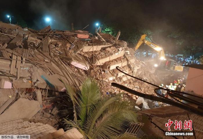 当地时间8月24日晚,印度马哈拉施特拉邦的默哈德发生建筑物倒塌事故。图为事发现场。