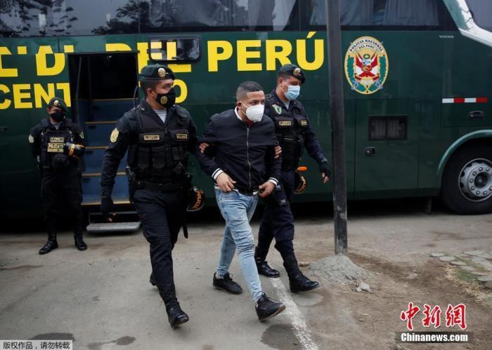 当地时间8月22日晚,秘鲁警方对一家违反防疫规定经营的夜店采取取缔行动。图为被拘留的男子。