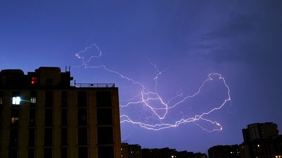 8月9日夜,北京电闪雷鸣。视觉中国供图
