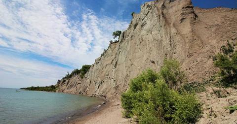 加拿大士嘉堡悬崖公园出现坍塌 游客纷纷逃离