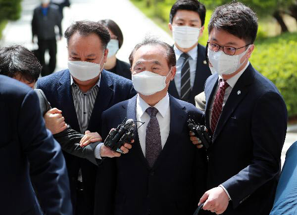 6月2日上午,韩国釜山前任市长吴巨敦前往釜山地方法院,接受拘留前审查。图源:韩媒《朝鲜日报》