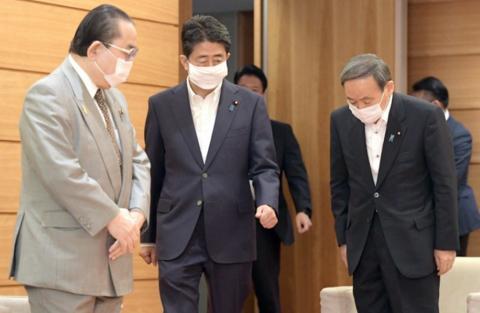 菅义伟(右)和安倍晋三(每日新闻)
