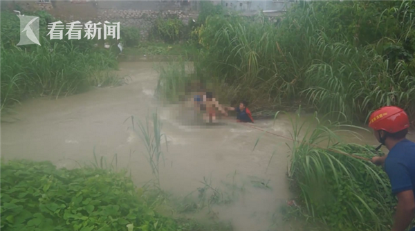视频|关键时刻 消防员用绳子将男孩从河道中拉回