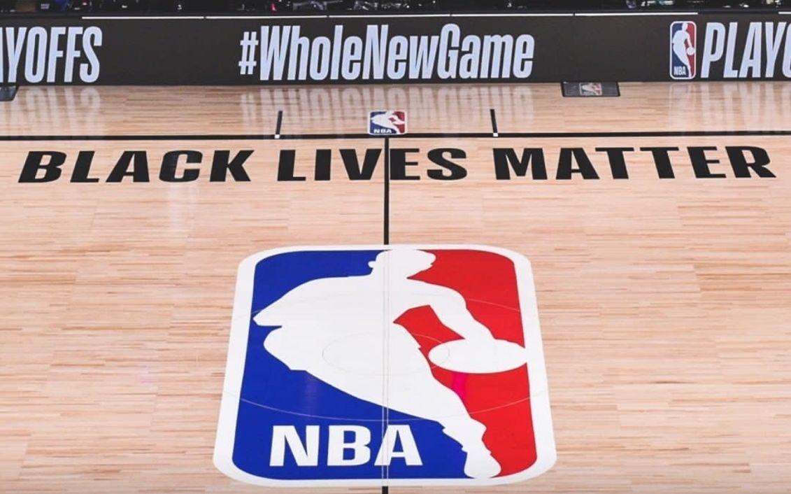 詹姆斯等球星密集发声 WNBA队员单膝跪地抗议