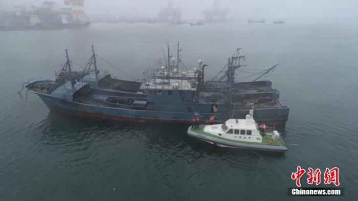 烟台海事部门加强对船舶的监管,严格实施禁限航措施。 郝光亮 摄