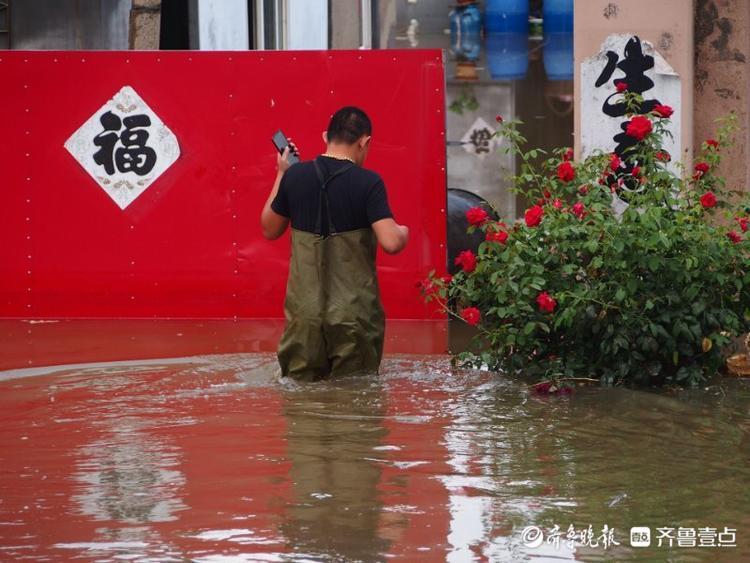 青岛即墨区桃源河沿岸,一些村庄的房子还泡在水里