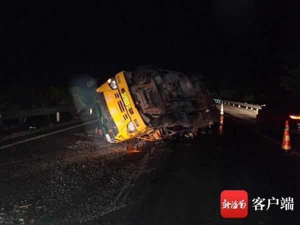 <strong>运载农业车辆的大型卡车轮胎漏气 翻倒的</strong>