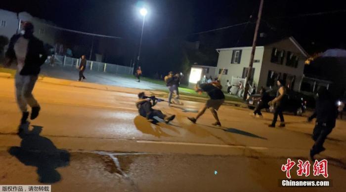 美国遭警察枪击非裔男子逮捕令撤销 病床手铐被移除