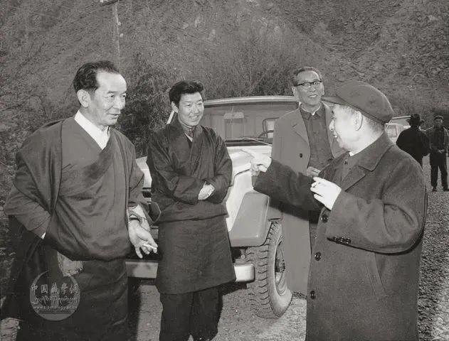 △1980年5月阿沛·阿旺晋美陪同中共中央总书记胡耀邦在西藏考察农村工作途中。左一为洛桑慈诚、左二为帕巴拉·格列朗杰