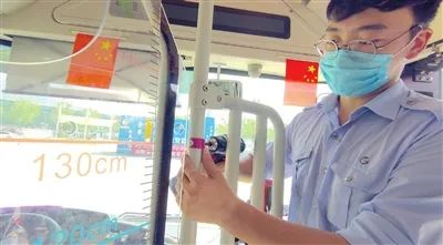 """我市下月起儿童免费乘车标准""""长个儿"""" 由1.2米提高至1.3米 公交加紧更换新版标识"""