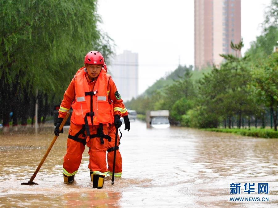 """西宁:一天下了""""77天的雨"""" 高原城市也""""看海"""""""
