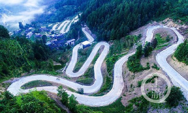 """蜿蜒如玉带 俯瞰酉阳山区公路的""""转弯处"""