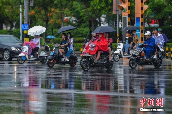 """台风""""森拉克""""掠过海南三亚 琼岛泛起强降雨天气 骆云飞 摄"""