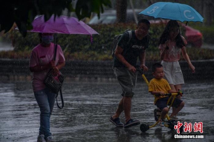 """台风""""森拉克""""掠过海南三亚,琼岛泛起强降雨天气。 骆云飞 摄"""