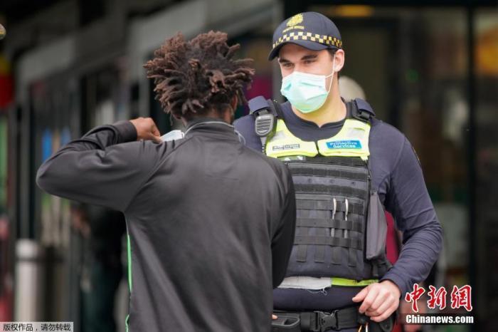 当地时间7月23日,澳大利亚墨尔本,当地人戴口罩出行。