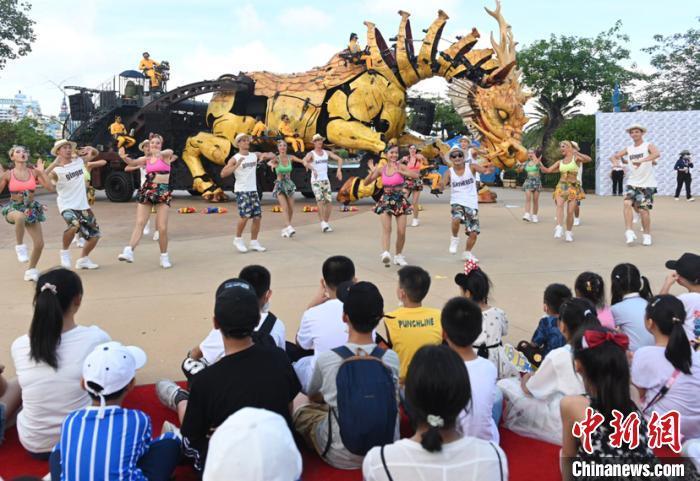资料图:7月18日,珠海长隆海洋王国开启暑期亲子嘉年华。 陈骥旻 摄