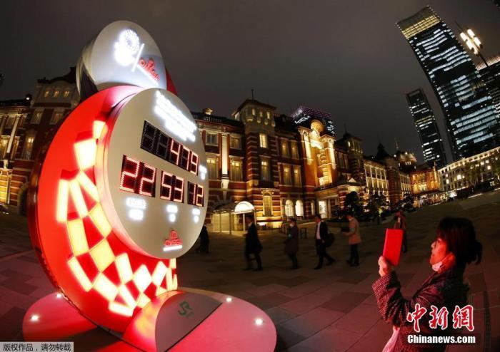当地时间3月30日晚,东京奥组委在东京举行记者会,宣布日本政府、东京都政府、东京奥组委与国际奥委会共同决定东京奥运会、残奥会分别将于2021年7月23日和8月24日开幕。图为东京街头的奥运会倒计时牌重新启动计时。