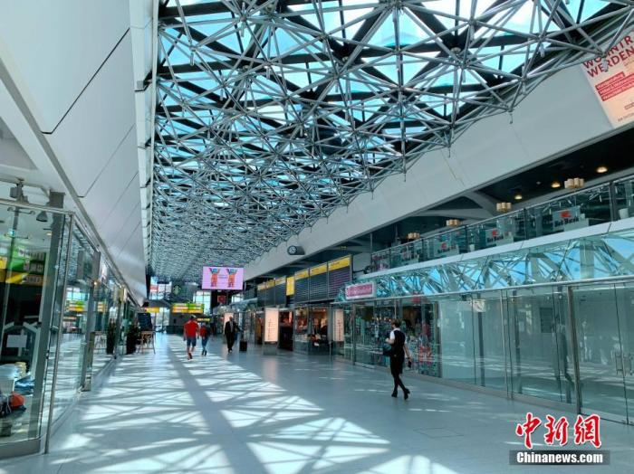 德国柏林最繁忙的泰格尔机场如今门庭冷落,航站楼内的商业区多家店铺已歇业。中新社记者 彭大伟 摄