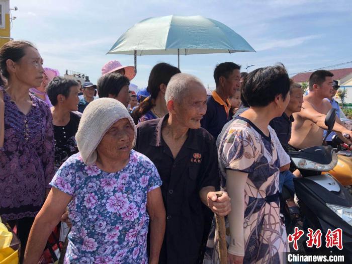 老汉妇互相搀扶返回家园。卢长江 摄