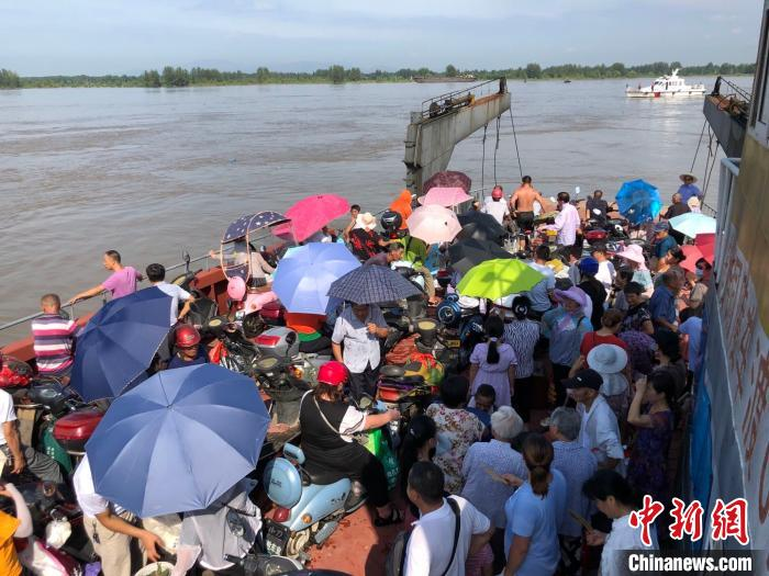 转移群众乘坐渡轮返回老洲乡。卢长江 摄
