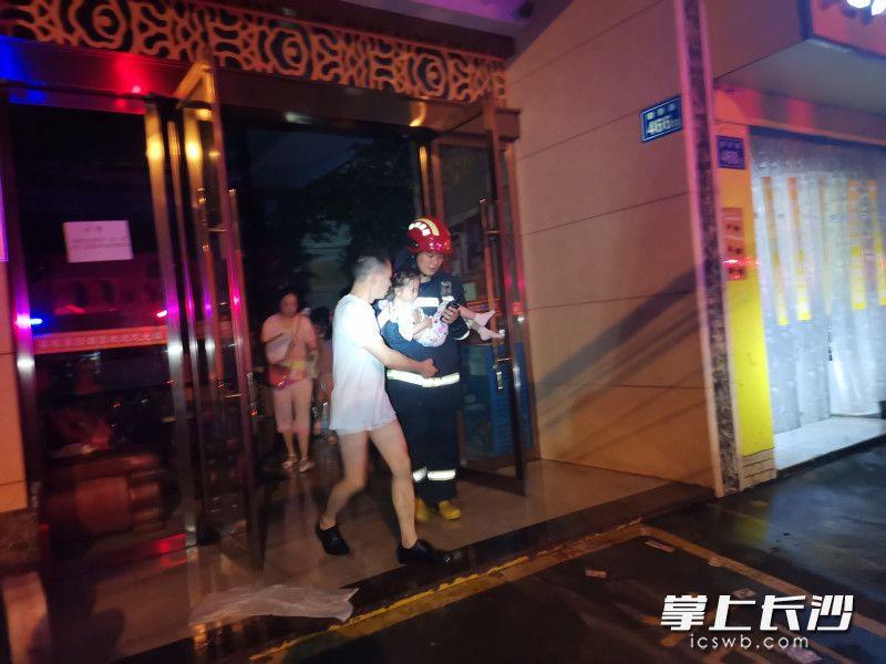 长沙一酒店凌晨起火,消防员挨家挨户敲门疏散40余名被困者