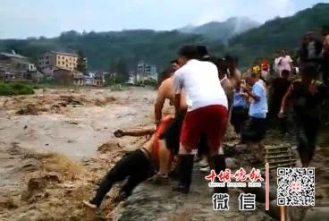 昨天房县3人被困河中央!滔滔洪水中一群人出现了...