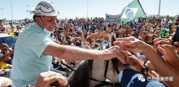 巴西总统肺部感染,仍摘下口罩与支持者握手