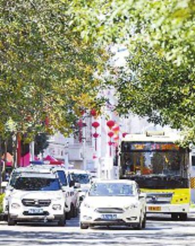 8月29日,在铁路局附近道路上,外出车辆有序通行。