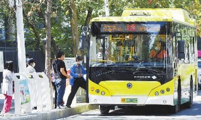 8月29日,在河南路公交车站,市民有序乘车出行。