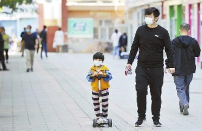 8月29日,在天津路附近人行道上,外出市民都能有效地做好自我防护。