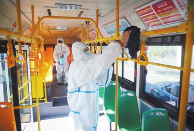 8月29日,在八道湾公交停车场,消毒人员对一辆101路公交车进行全面消毒。