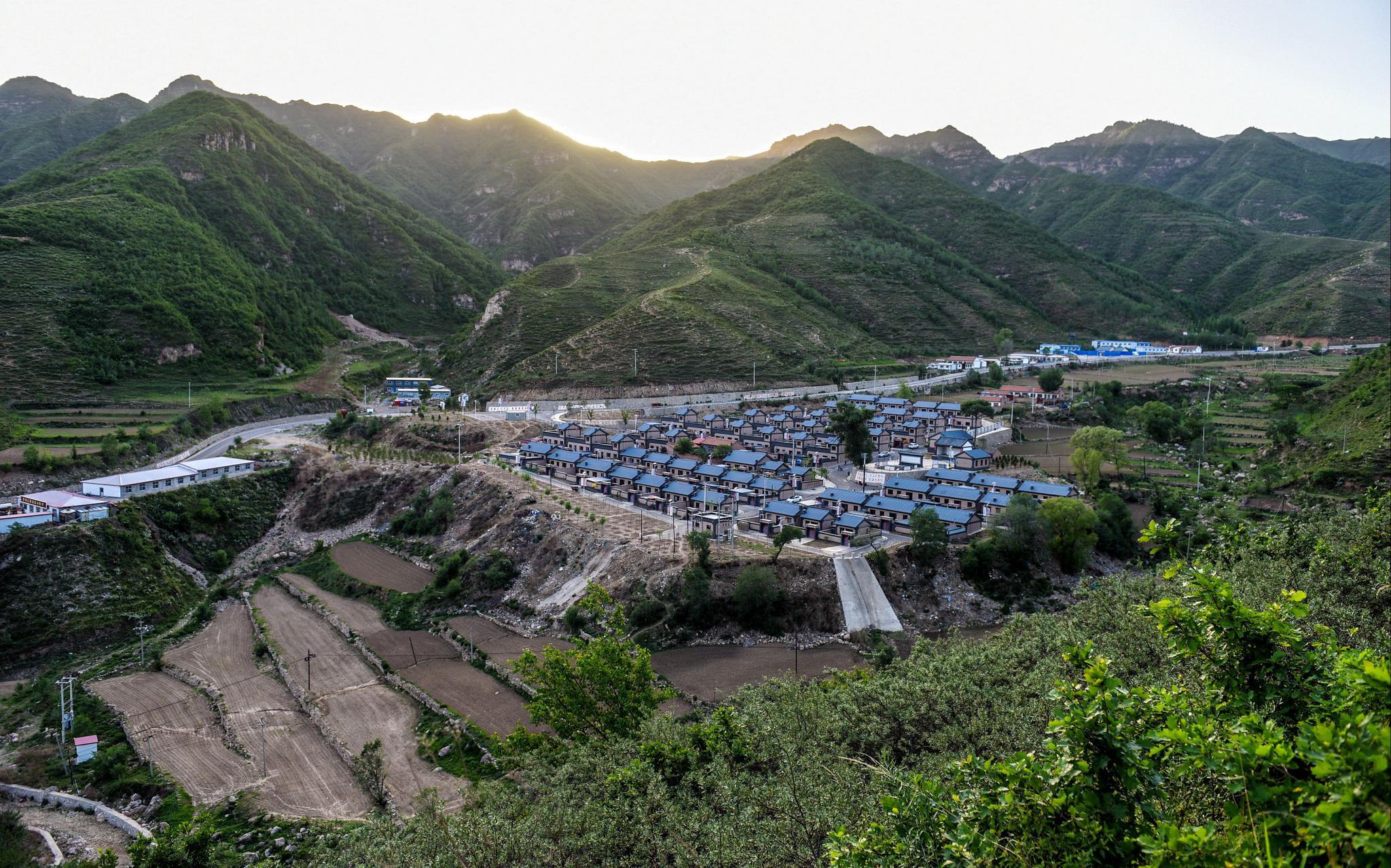 空中草原边 贫困村的改变从海拔1500米的马场通电开始