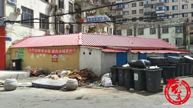 红领巾街垃圾堆放一周无人管 街道办事处督促物业清理