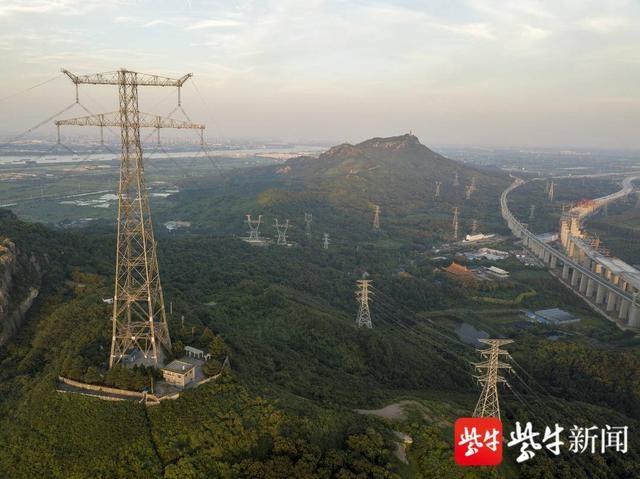 161米高镇江五峰山长江电力大跨铁塔落成