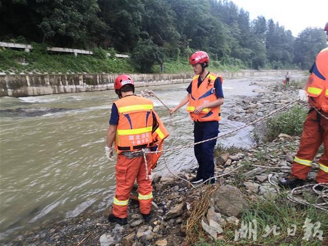 河水暴涨女子被困河道岩石竹溪消防紧急救援