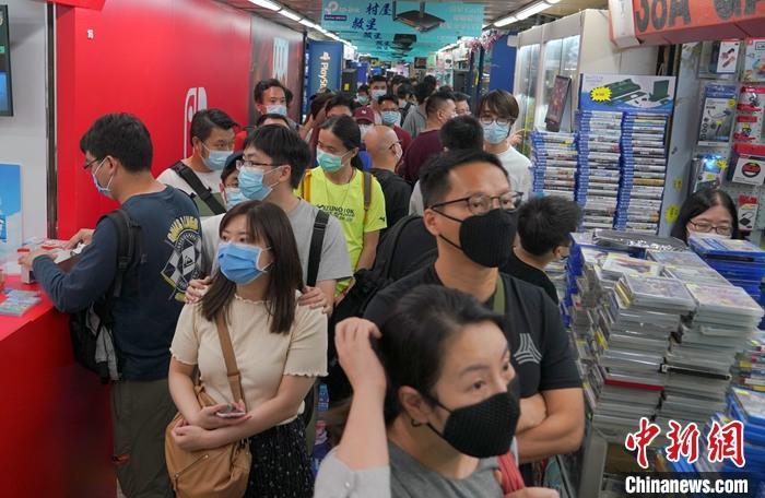 资料图为香港市民戴口罩逛商店。中新社记者 张炜 摄