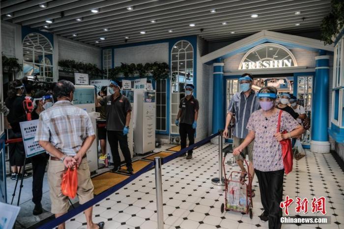 7月29日,慈云山街市推行多项措施加强防疫,市民进入街市前必须量度体温及戴上口罩等。中新社记者 秦楼月 摄