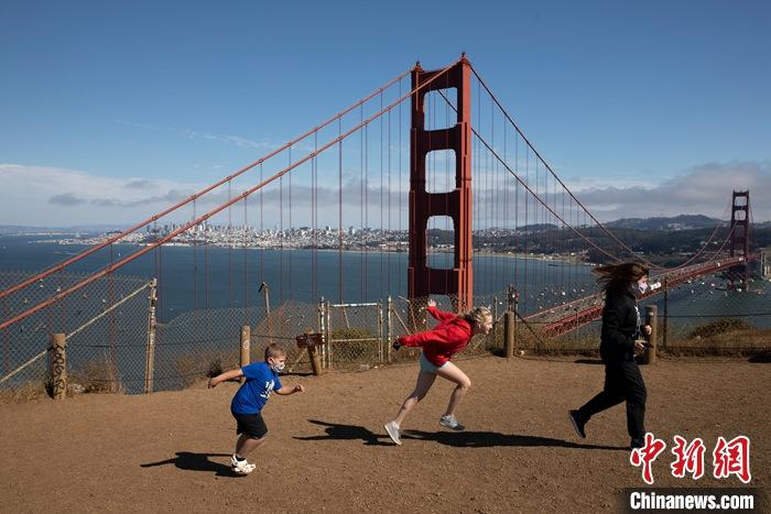 当地时间7月21日,游客在美国加州旧金山金门大桥附近游玩。 中新社记者 刘关关 摄